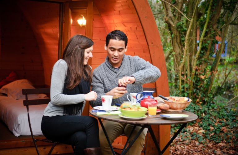 Prendre-son-petit-dejeuner-devant-la-cabane-glamping---Maison-de-l-Omignon---Picardie---Vermand