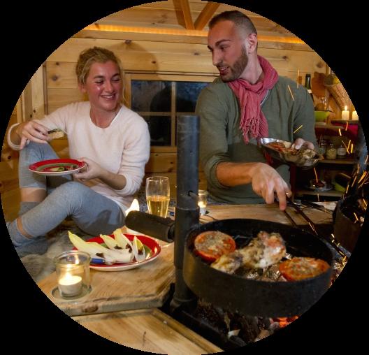 Savourer-des-grillades-dans-le-chalet-finlandais-omignon