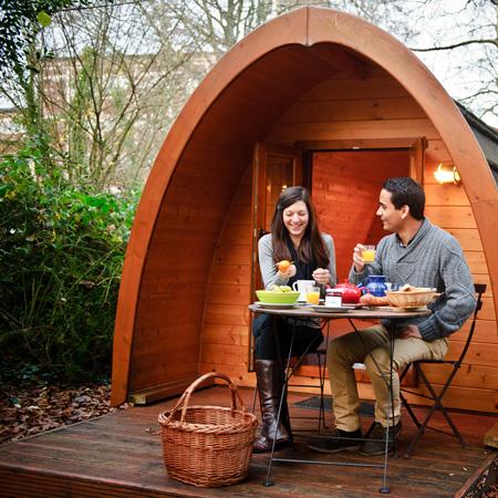 petit-déjeuner en couple séjour insolite dans la cabane pod