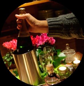 décor-bougies-fleur-et-bouteille-de-champagne