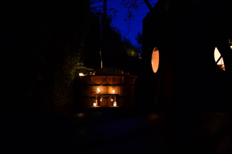 le-carré-d-étoiles-avec-bain-nordique-de-l-omignon-dans-la-nuit