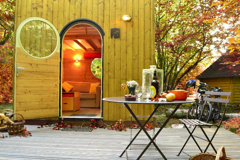 terrasse de l'hébergement insolite carré étoiles Pollux en automne