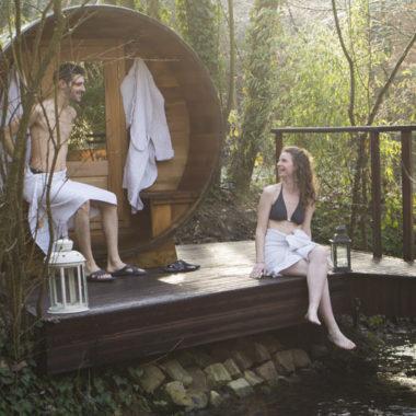 couple sur la terrasse à l'extérieur du sauna