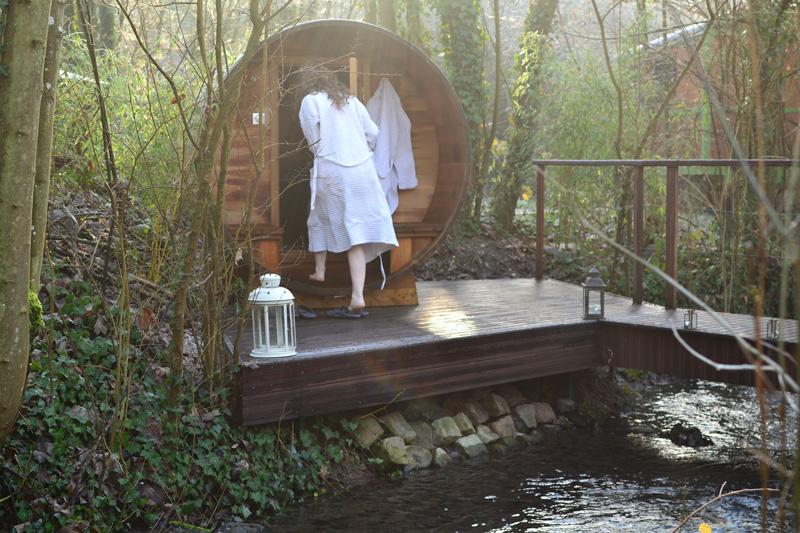 femme rentrant dans le sauna privatif