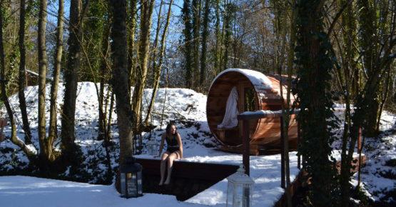 relaxation après le sauna dehors sous la neige