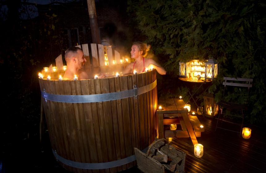 bain nordique spa finlandais la nuit avec les bougies