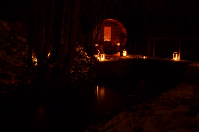 sauna de nuit avec bougies et lanternes