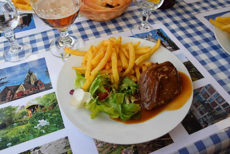 Le plat au café de la place : frites et plat de viande en sauce