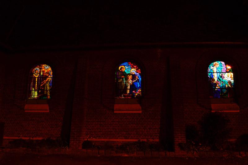 Visiter la nuit les vitraux de l'église Art déco de Vermand pendant son séjour insolite