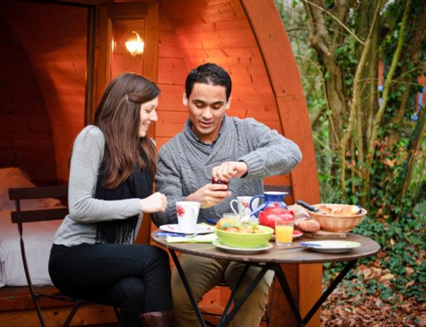 Prendre-son-petit-dejeuner-devant-la-cabane-picardie